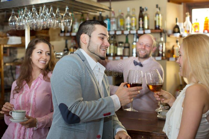 Convidados divertidos do barman imagens de stock royalty free