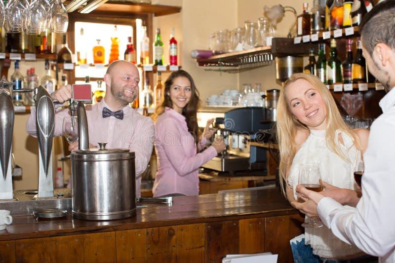 Convidados divertidos do barman fotos de stock