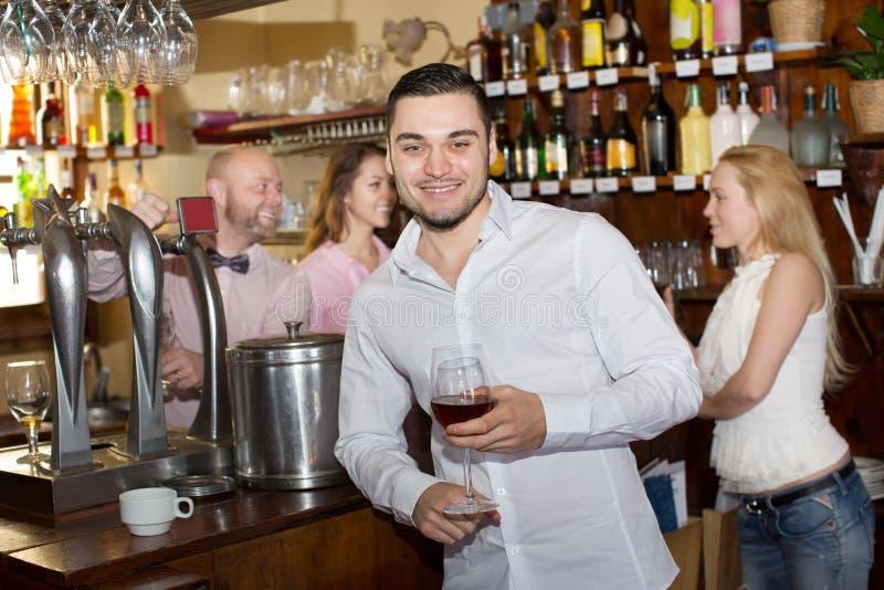Convidados divertidos do barman fotografia de stock