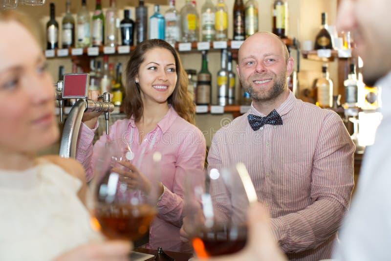 Convidados divertidos do barman fotos de stock royalty free