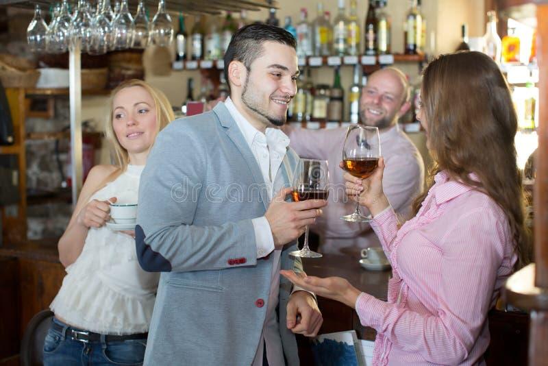 Convidados divertidos do barman imagens de stock