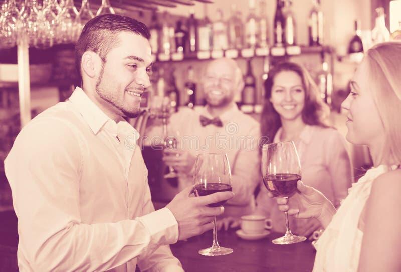 Convidados divertidos do barman fotografia de stock royalty free