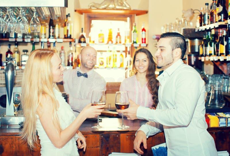 Convidados divertidos do barman imagem de stock