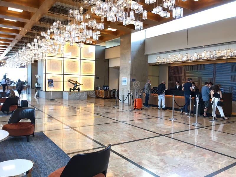 Convidados em Hilton Hotel Lobby Desk imagem de stock