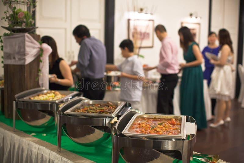 Convidados que comem em um ajuste do bufete foto de stock