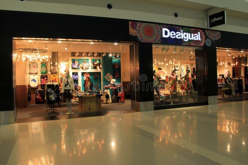 Convidar a vista de diversas lojas, abre comprando, San Diego International Airport, Califórnia, 2016 imagem de stock