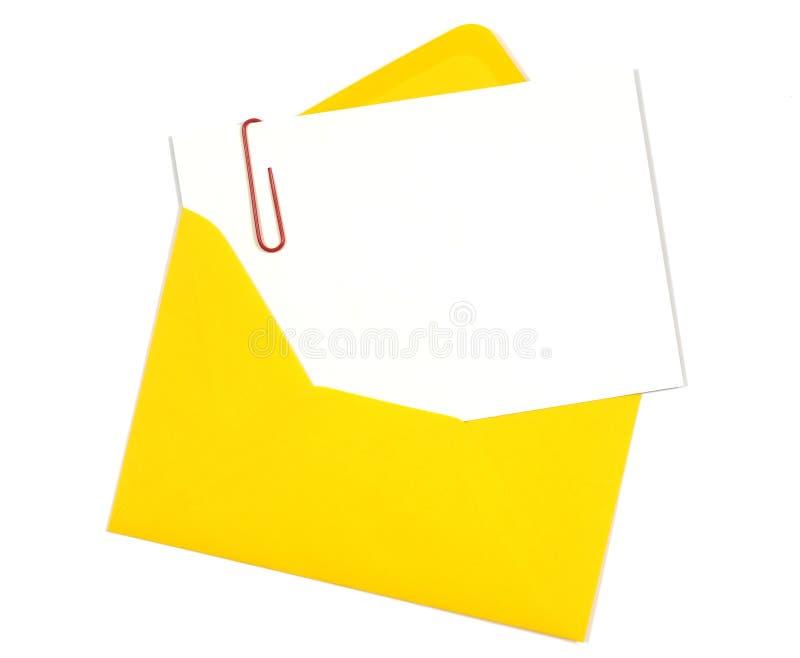 Convide o cartão dentro do envelope amarelo isolado imagem de stock royalty free