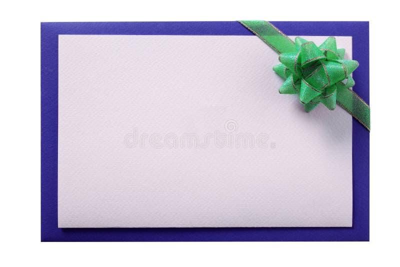 Convide o fundo branco isolado do verde do envelope do cartão fita azul fotografia de stock