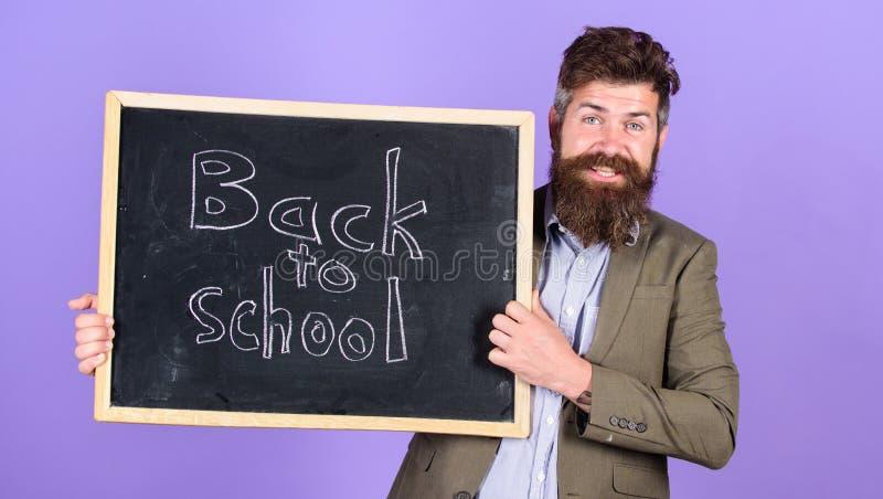 Convide para comemorar o dia do conhecimento O professor anuncia de volta às fontes de escola novas da compra da escola Homem far imagens de stock
