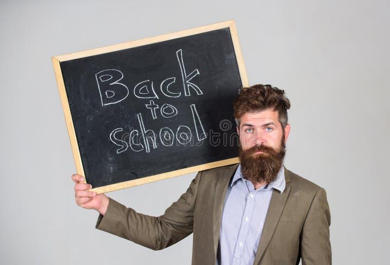 Convide para comemorar o dia do conhecimento O professor anuncia de volta ao estudo, começa ano escolar Suportes farpados do home foto de stock