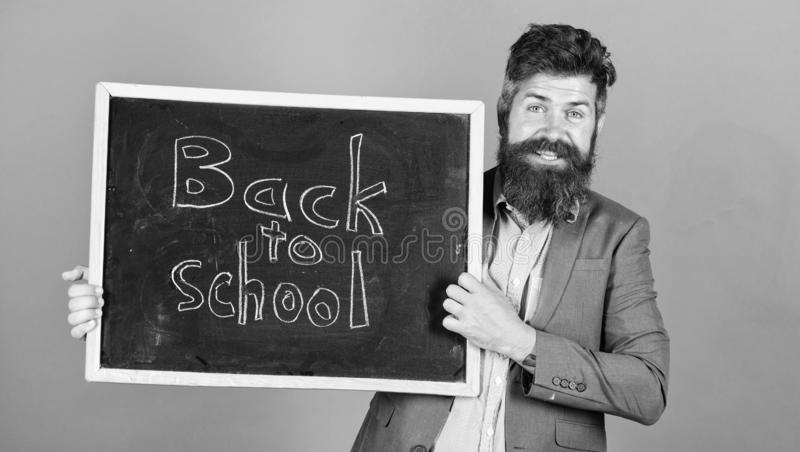 Convide para comemorar o dia do conhecimento O professor anuncia de volta ?s fontes de escola novas da compra da escola Homem far fotos de stock