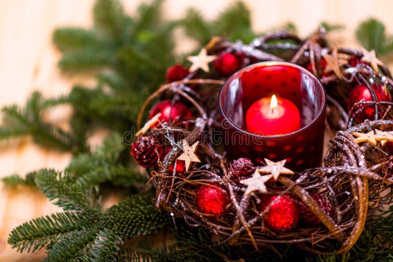 Convite do ano novo Vela vermelha do Natal no projeto vermelho de ano novo fotos de stock