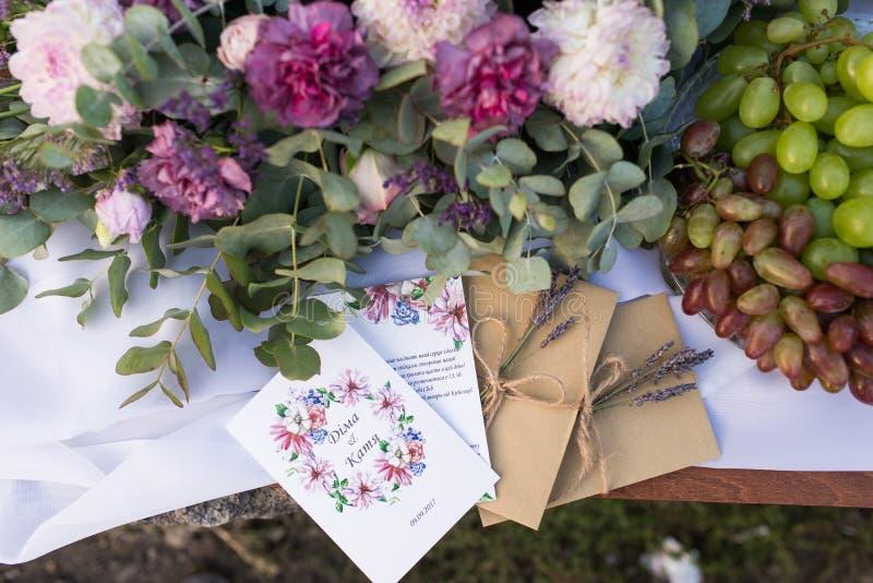 Convites do casamento nos envelopes do ofício com uns grupos da alfazema Conceito do casamento casamento foto de stock
