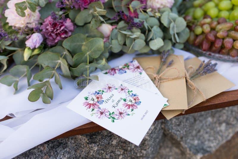 Convites do casamento nos envelopes do ofício com uns grupos da alfazema Conceito do casamento casamento imagem de stock