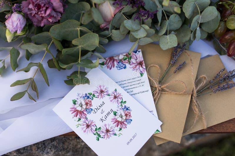 Convites do casamento nos envelopes do ofício com uns grupos da alfazema Conceito do casamento acessórios fotos de stock