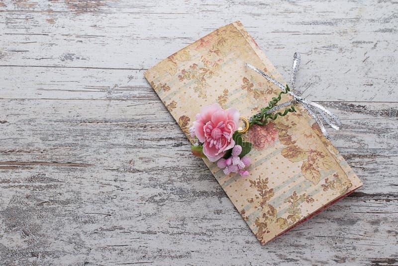Convites feitos a mão do casamento feitos do papel ilustração stock
