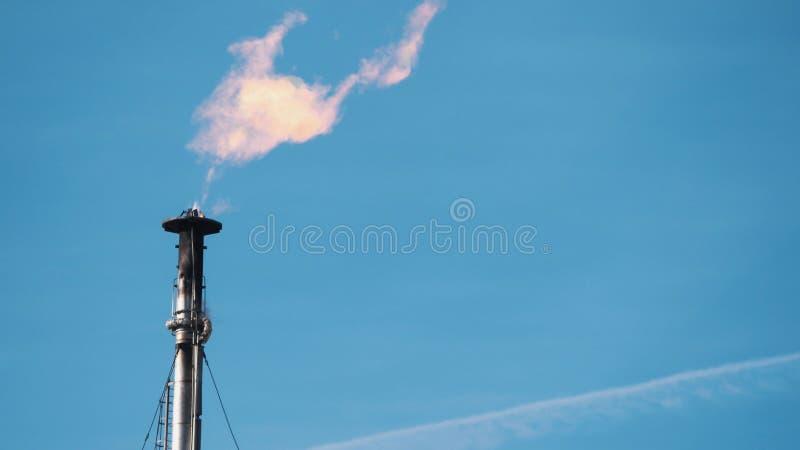 Convogli con una fiamma bruciante nell'industria energetica fotografia stock