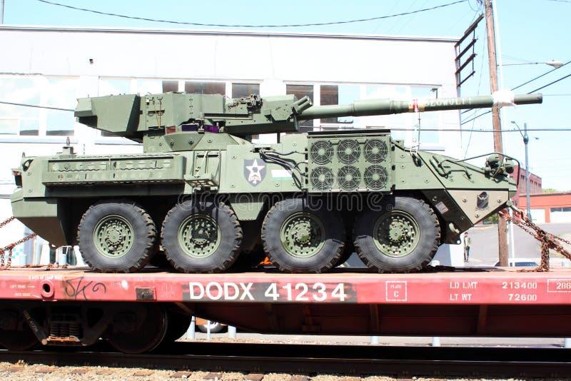 Convoi de chemin de fer de véhicules militaires. photographie stock libre de droits