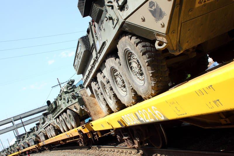 Convoi de chemin de fer de véhicules militaires. photos stock