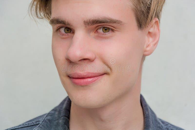 Convoitise de modèle de portrait de jeune homme d'adolescent photo stock