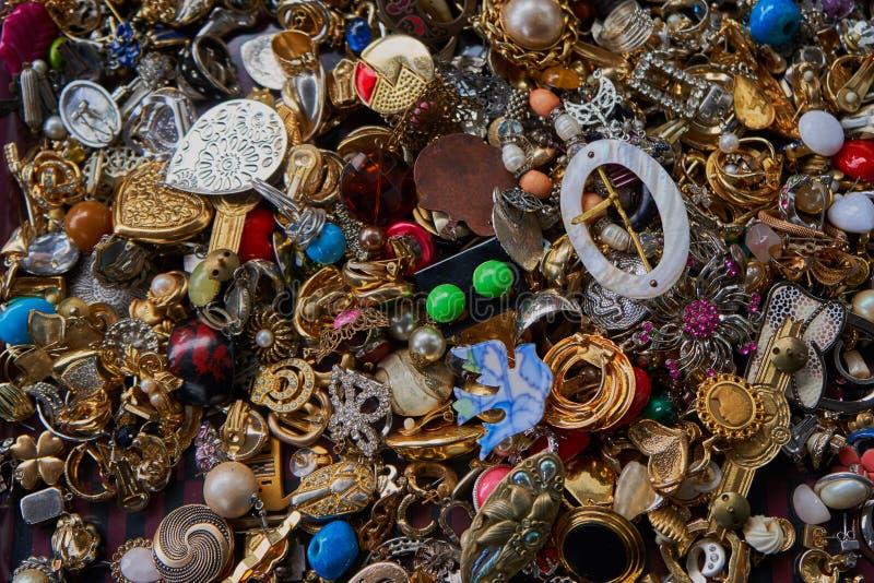 Convoluté des bijoux de costume sur un marché aux puces photo stock