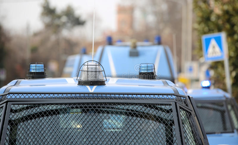 Convoy con varios coches policía y vehículos blindados en la patrulla t imagen de archivo