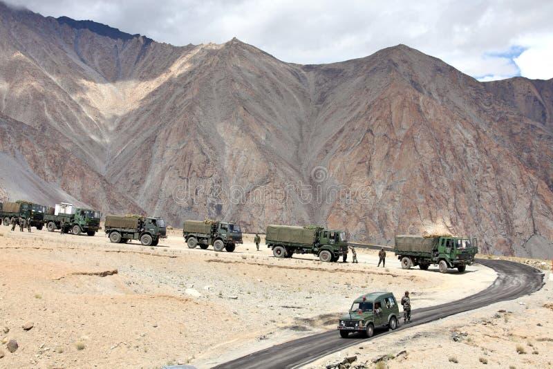 Convoy Indio Del Ejército De Camiones Foto de archivo editorial - Imagen de  indio, himalaya: 38314978