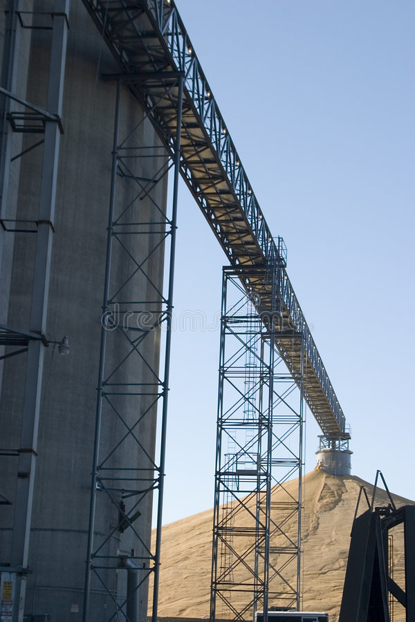 Convoyeur d'ascenseur de maïs photo stock