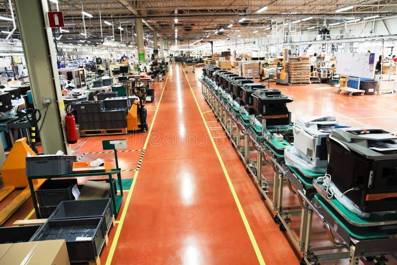 Convoyeur de production des dispositifs de bureau photographie stock