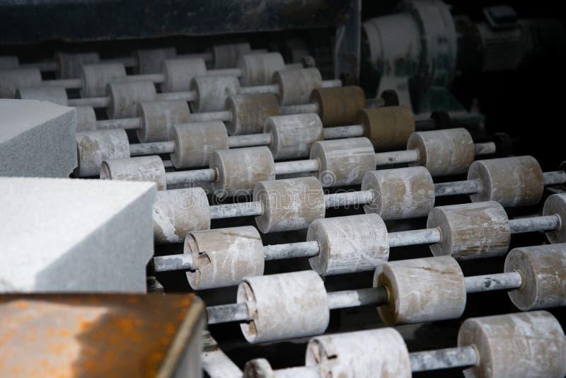 Convoyeur sur la machine de meulage Rouleaux sur le laminoir image libre de droits