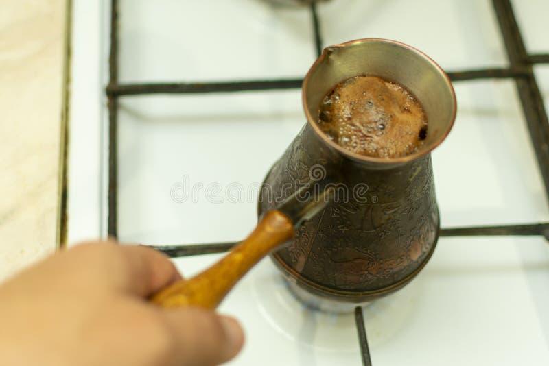 Cook na piecowej zmielonej kawie w cezve, turkowie na gazie zdjęcie royalty free