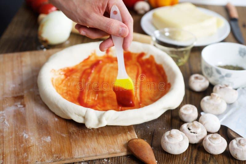 Cook oliwi pizzę pomidorową pastą obrazy royalty free