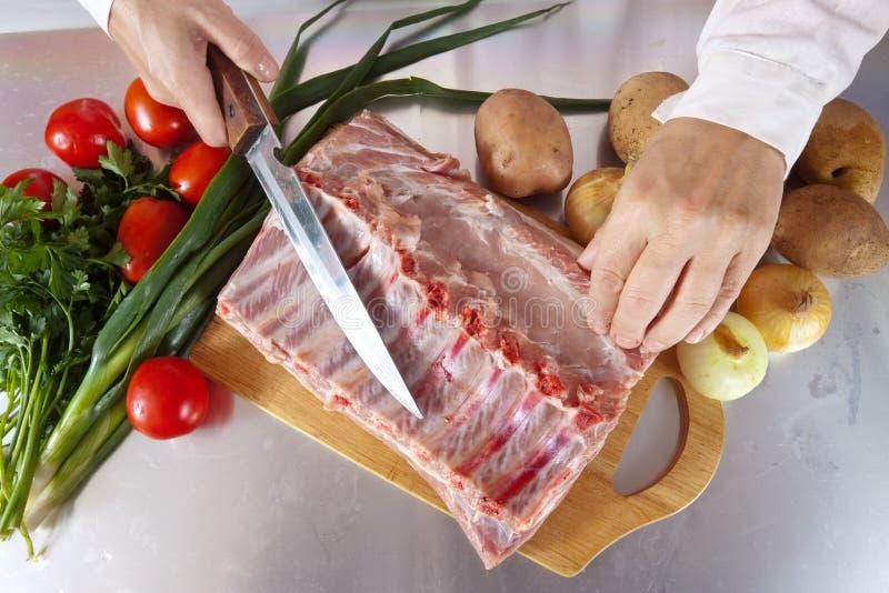 Cook ręki z surowym mięsem obrazy stock