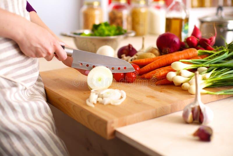 Cook& x27; s handen die plantaardige salade voorbereiden - close-upschot stock foto's
