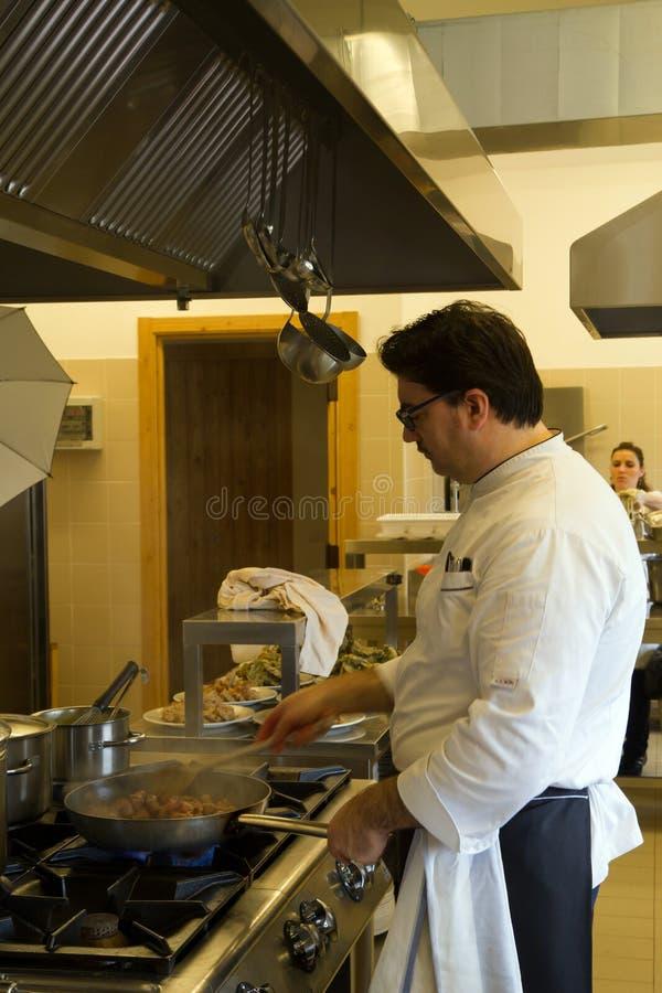 Cook w kuchni obraz stock
