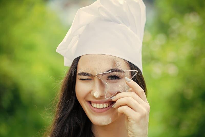 Cook z długim brunetka włosy na nagich ramionach zdjęcie stock