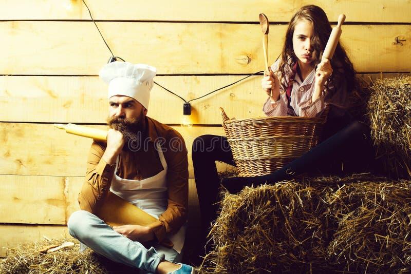 Cookee μαγείρων και κοριτσιών αρχιμαγείρων στοκ φωτογραφία