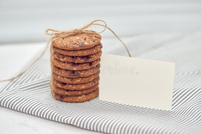 A cookie é pilha e amarrado com guita Cookies deliciosas no napki foto de stock