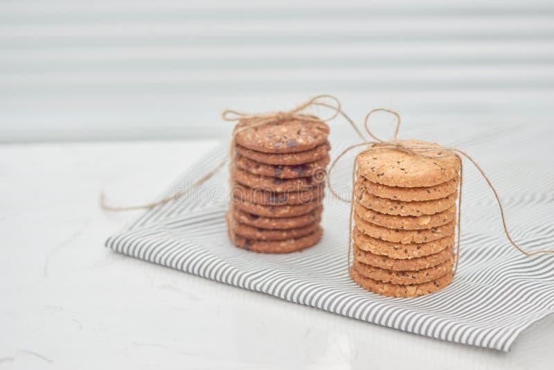 A cookie é pilha e amarrado com guita Cookies deliciosas no napki fotos de stock