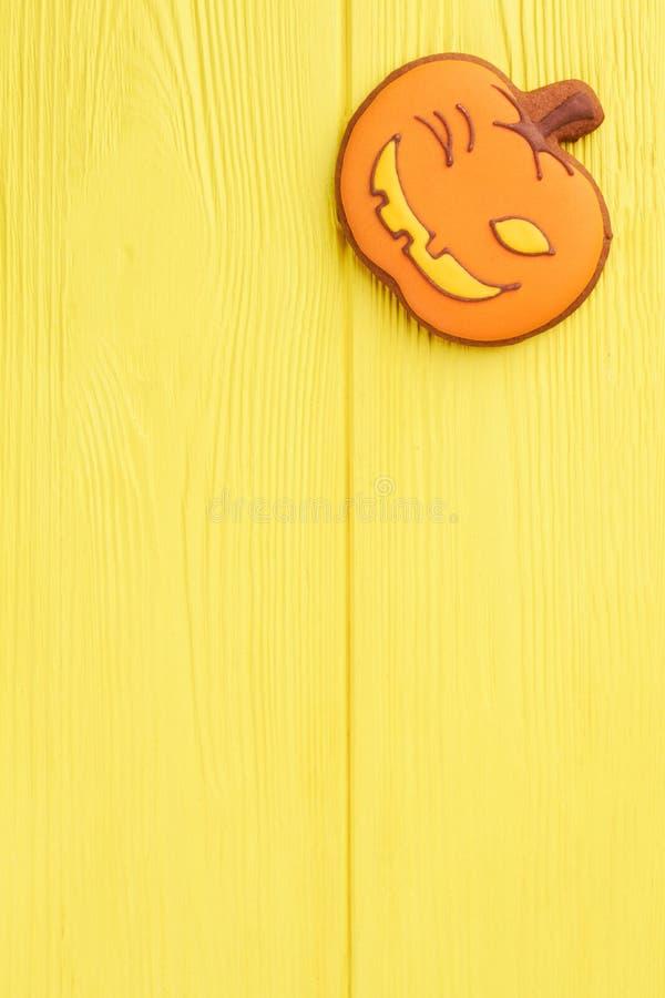 Cookie alaranjada da abóbora no fundo amarelo fotografia de stock royalty free
