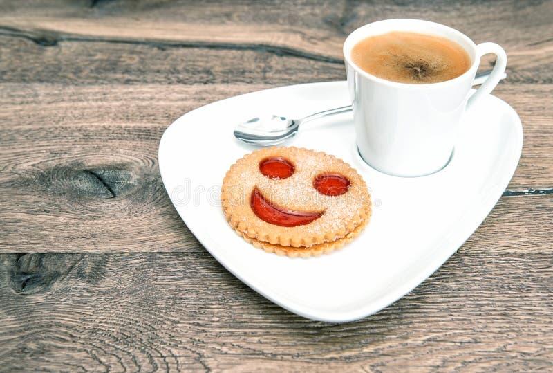 Cookie da cara do smiley do café do copo Pequeno almoço engraçado foto de stock