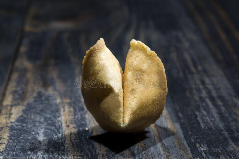 Cookie de fortuna em placas de madeira com uma parte de papel da esperança para dentro imagens de stock royalty free