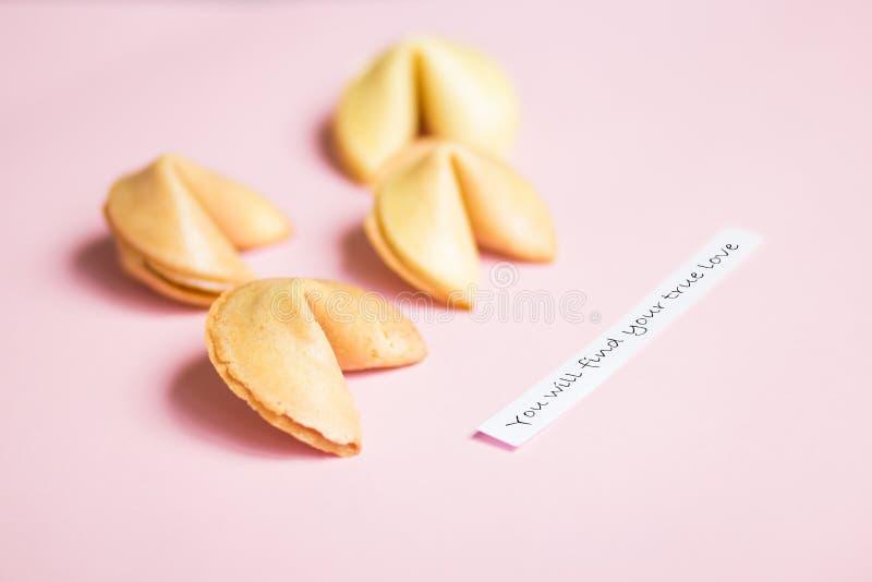 cookie de fortuna no rosa e no fundo azul, cores pastel, previsão do amor verdadeiro foto de stock