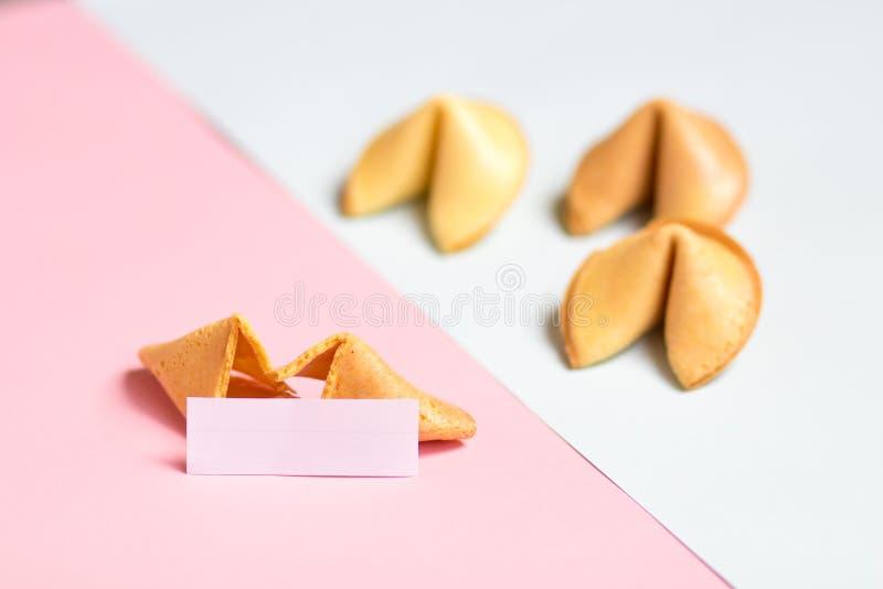 cookie de fortuna no rosa e no fundo azul, cores pastel, uma página vazia fotos de stock