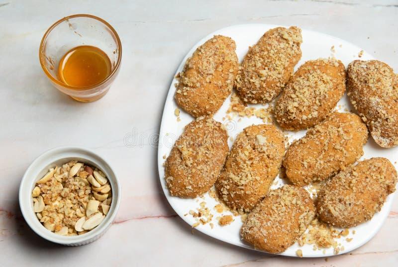 Cookie di miele greco con noci melomakarona immagini stock