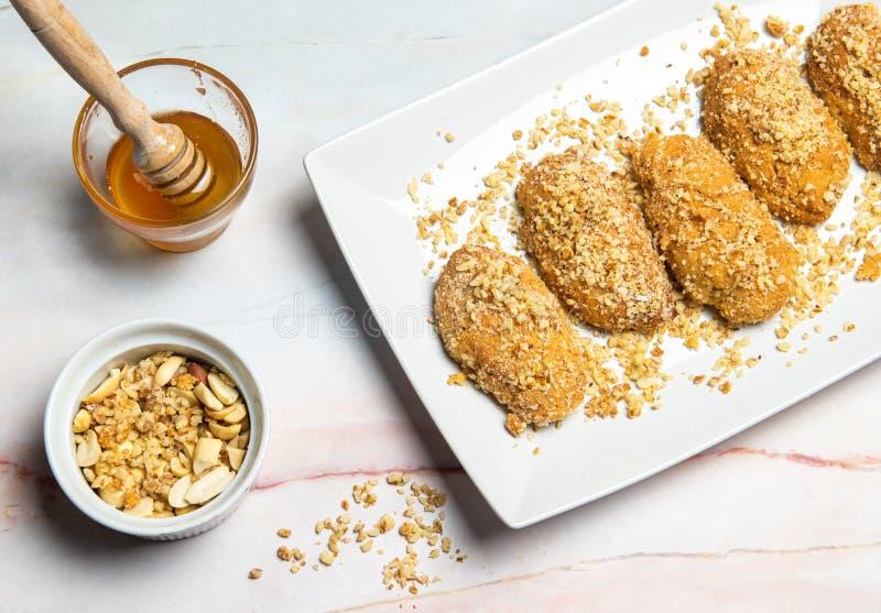 Cookie di miele greco con noci melomakarona fotografia stock libera da diritti