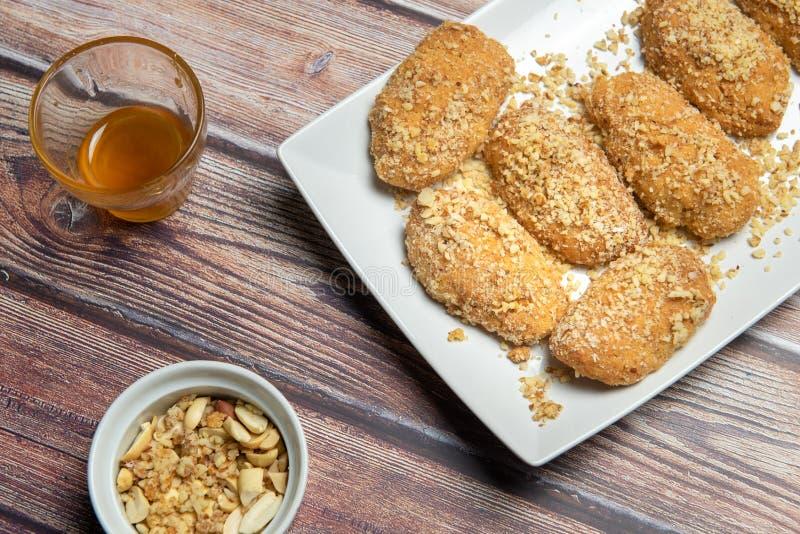 Cookie di miele greco con noci melomakarona immagine stock