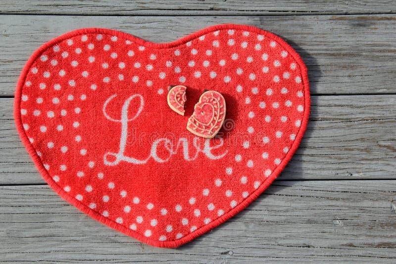 Cookie do coração quebrado do dia dos Anti-Valentim fotos de stock
