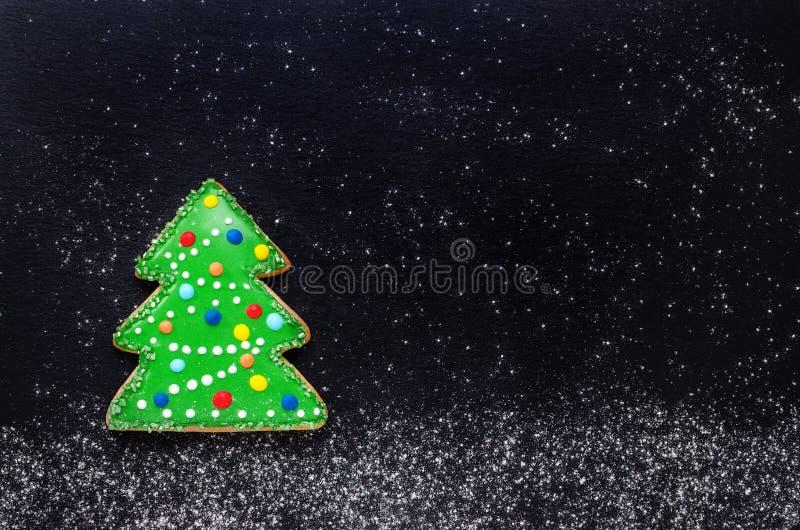 A cookie feito a mão gosta de uma árvore de Natal decorada no preto com farinha como a neve, fundo do Natal com espaço da cópia imagem de stock royalty free
