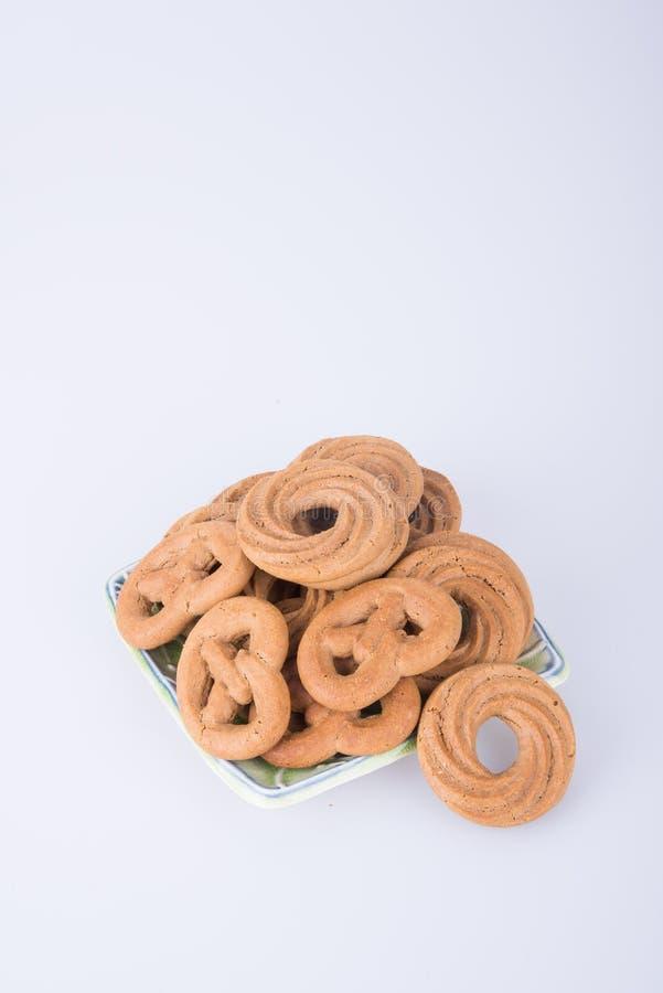 cookie ou cookies sortidos na placa em um fundo fotos de stock royalty free